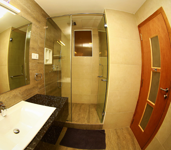 The attached bathroom of the superior room