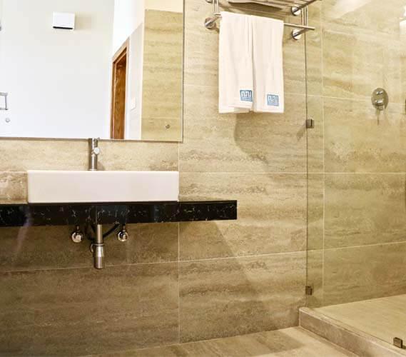 The spacious bathroom of the Ceylon Suite room